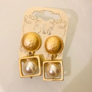 Gorgeous 60s style pearl gold tone earrings
